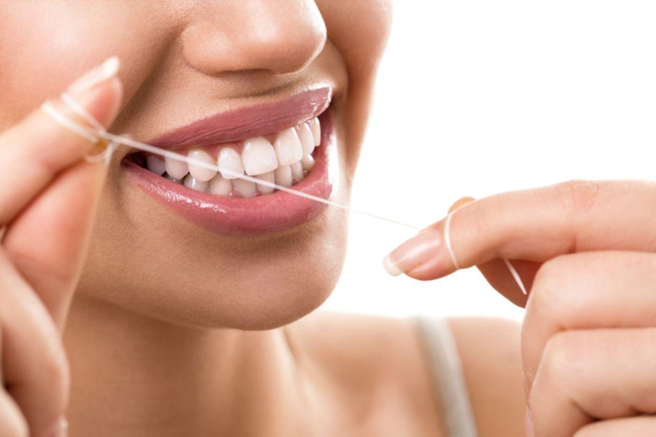 Cómo usar el hilo dental para tener una buena higiene bucal